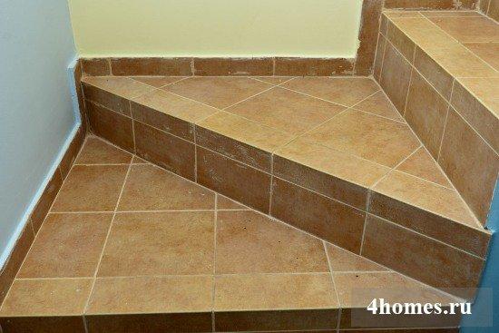 Укладка плитки на лестницу
