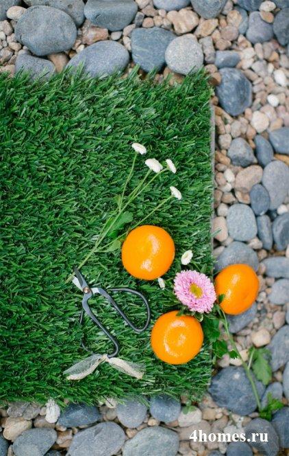 Как оформить двор с помощью гравия и искусственного газона