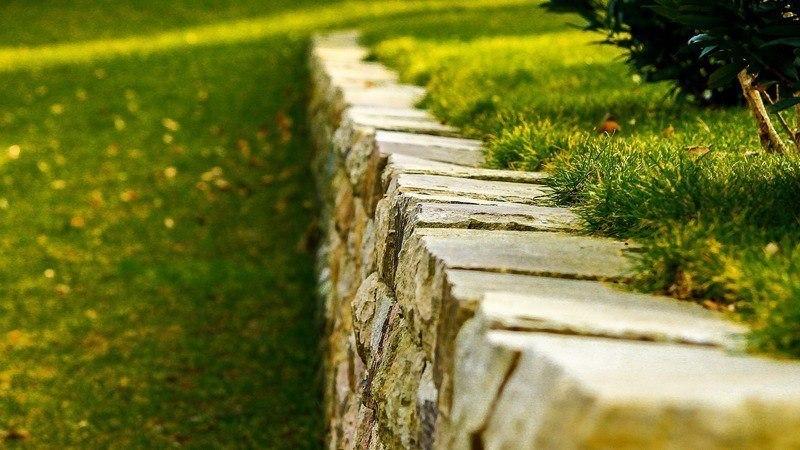 Газон и подпорная стенка из камня