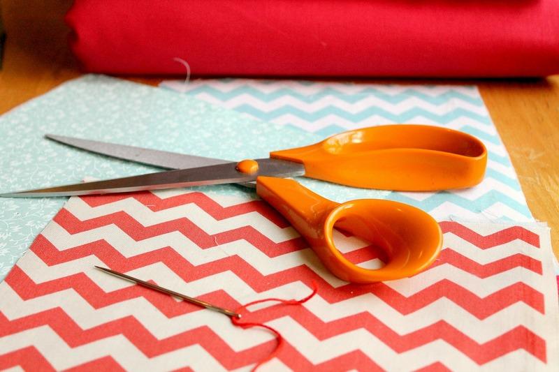 Ножницы, ткань и иголка