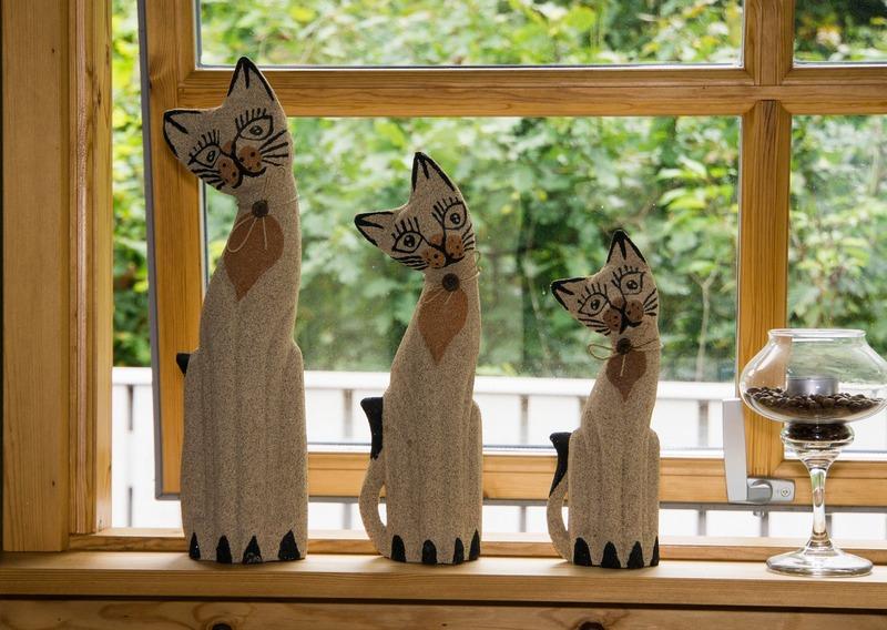 Бежевые кошки на окошке