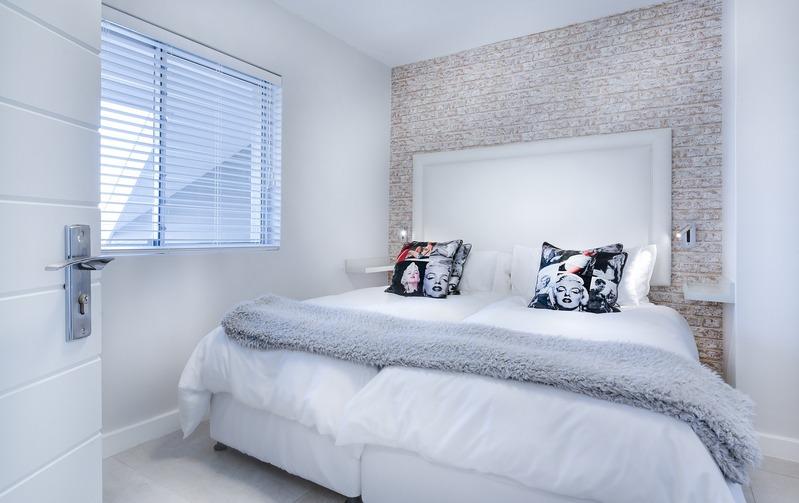 Светлая спальня с подушками